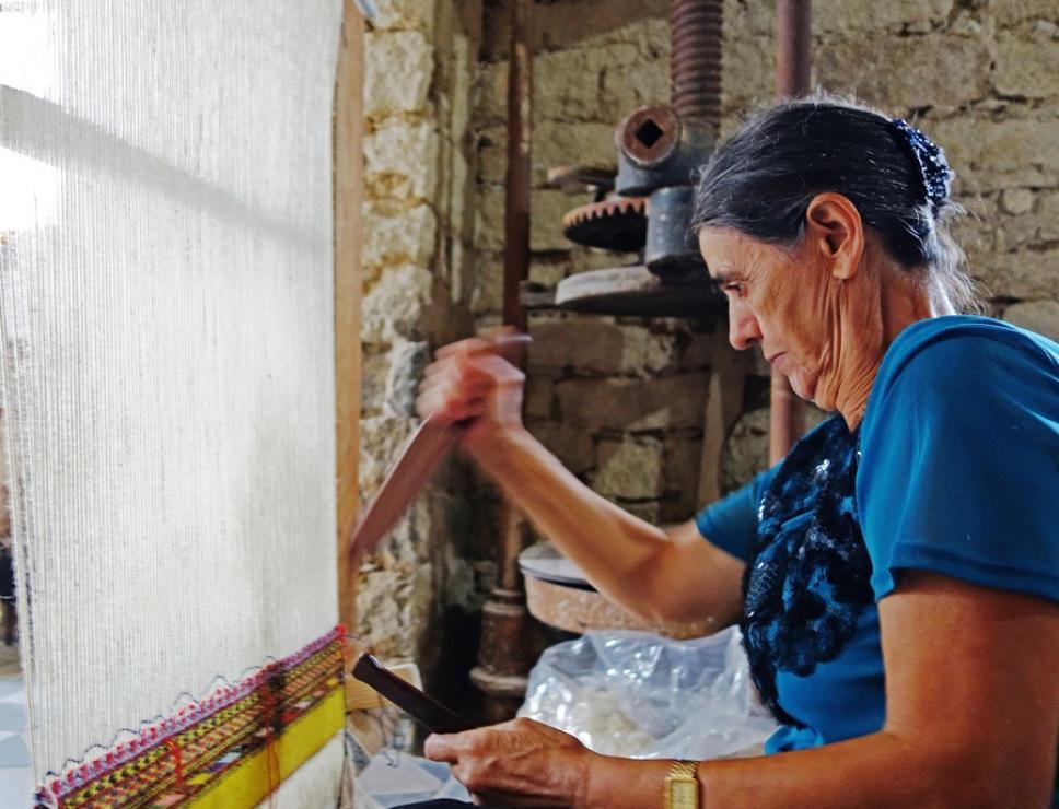 Autunno in Barbagia - Sarule - donna al telaio tradizionale