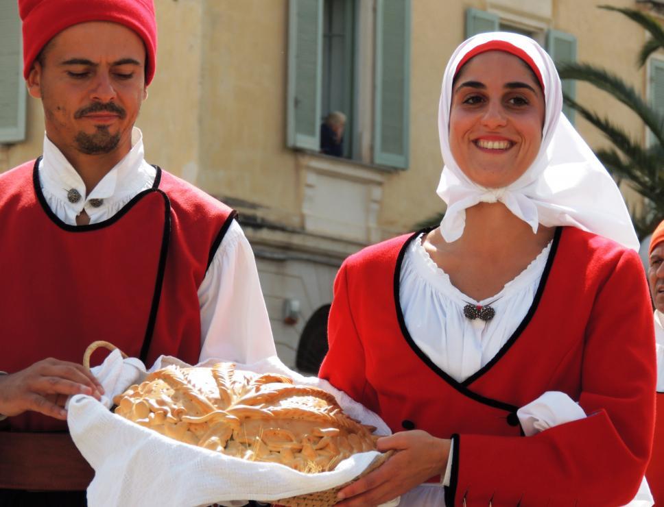 cavalcata sarda_abiti tradizionali e cesto di pane
