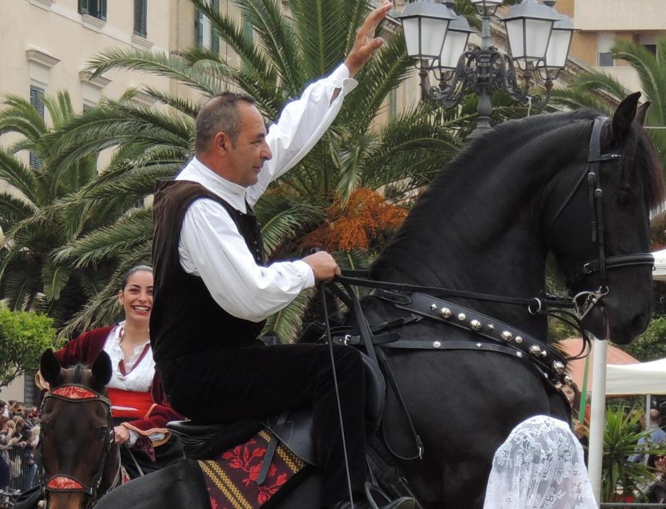 cavalcata sarda_cavaliere e donna in abito tradizionale