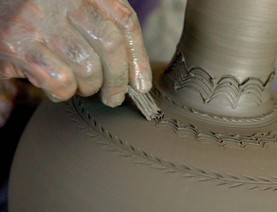 Decorazione artistica di una brocca in ceramica