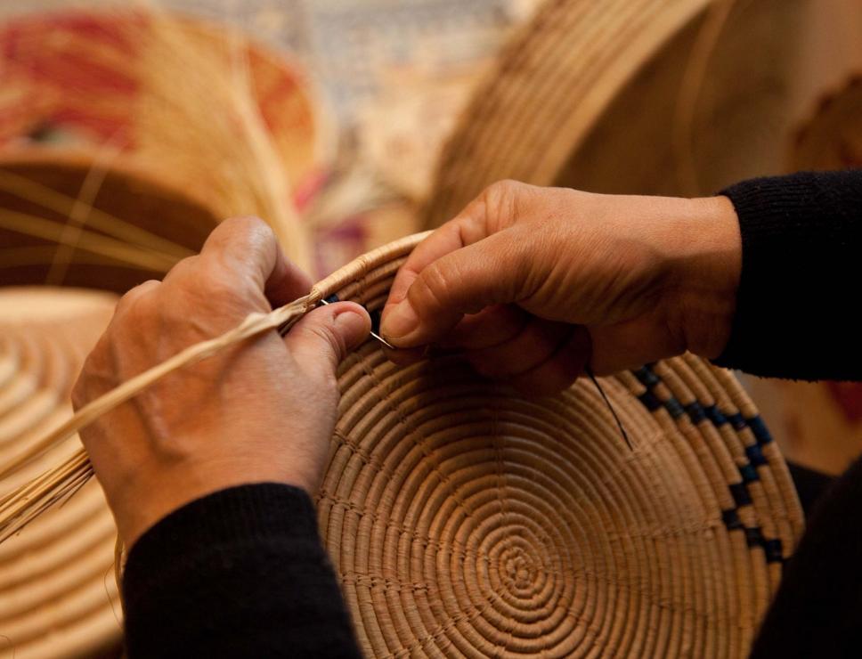 Intreccio di un cestino tradizionale