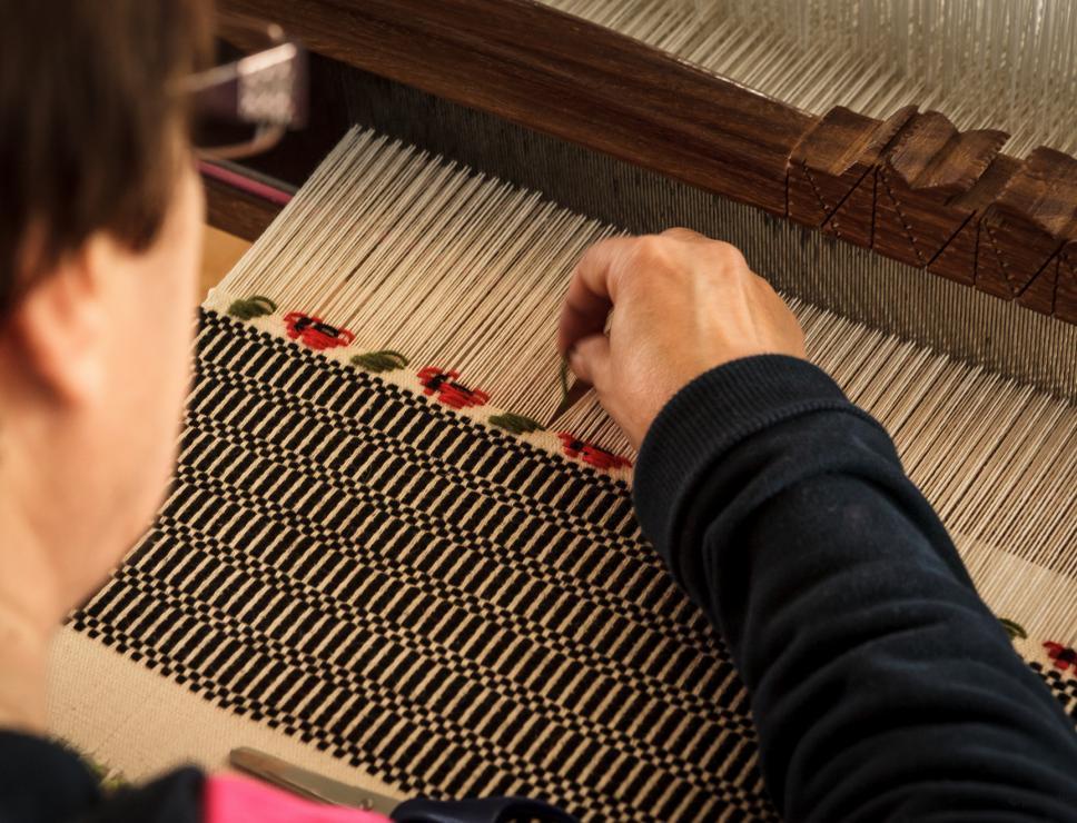 Tessitura di un tappeto al telaio tradizionale