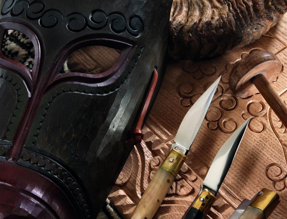 Maschera in legno di Ottana  e coltelli 'pattadesi'