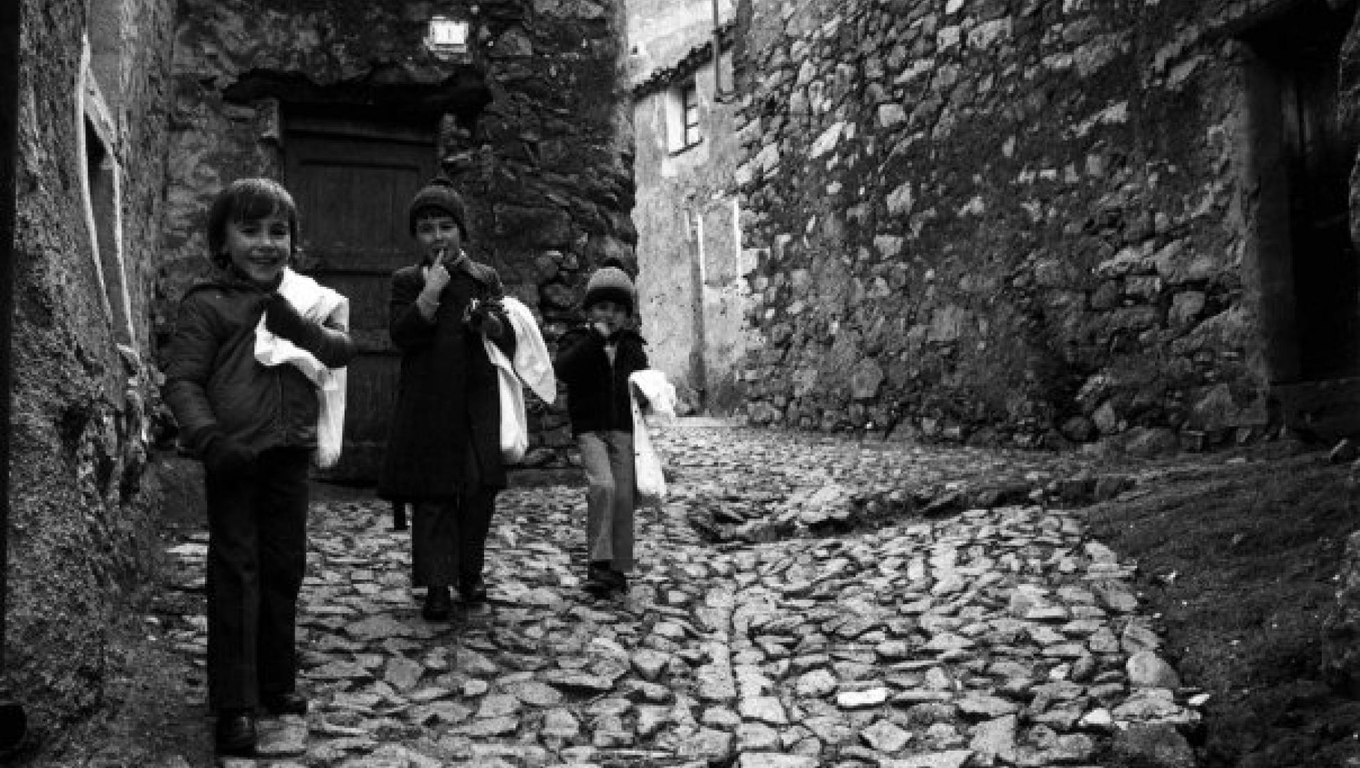 Bambini durante la festa di su mortu mortu