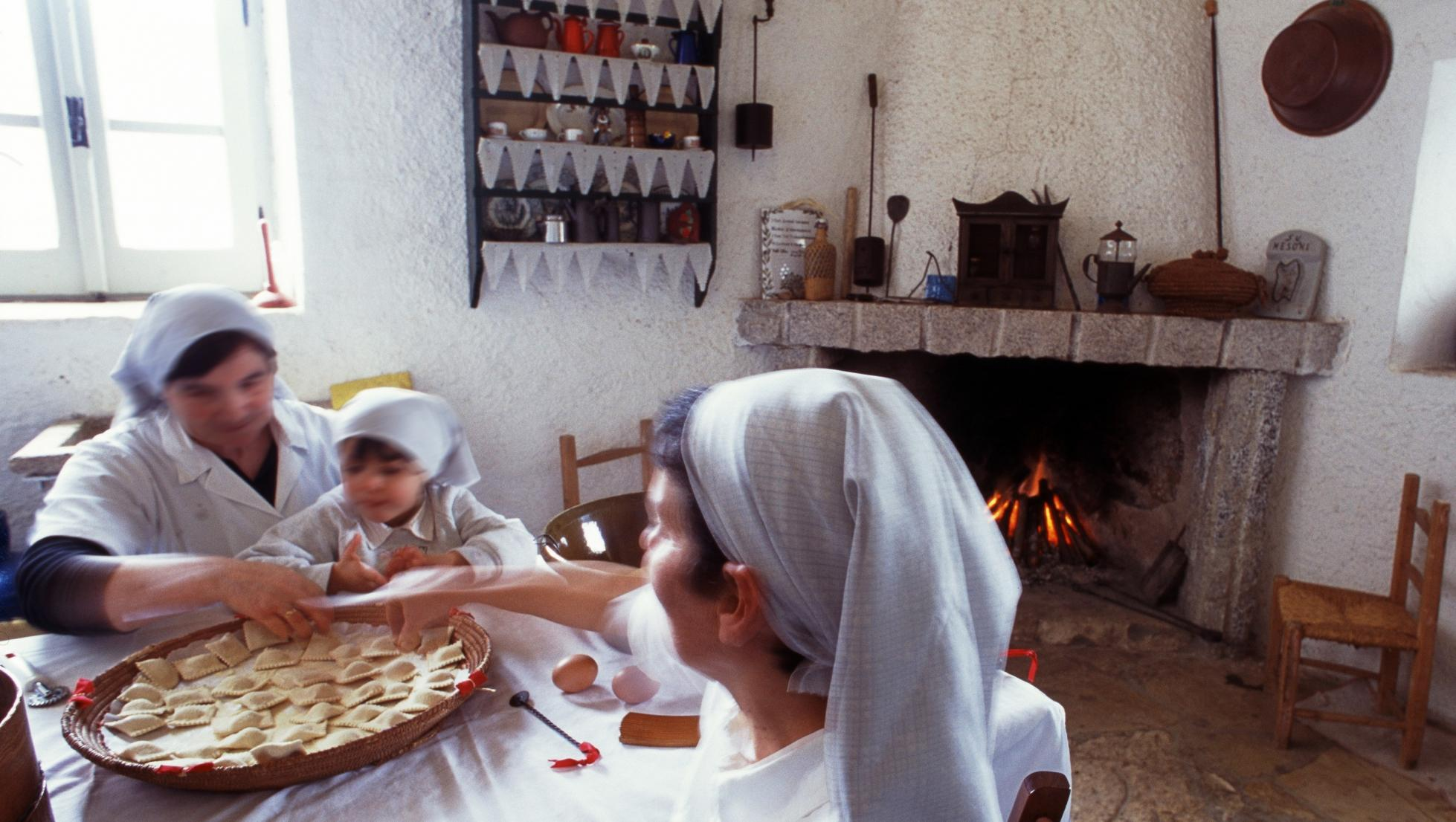 Donne che preparano ravioli - Dolianova