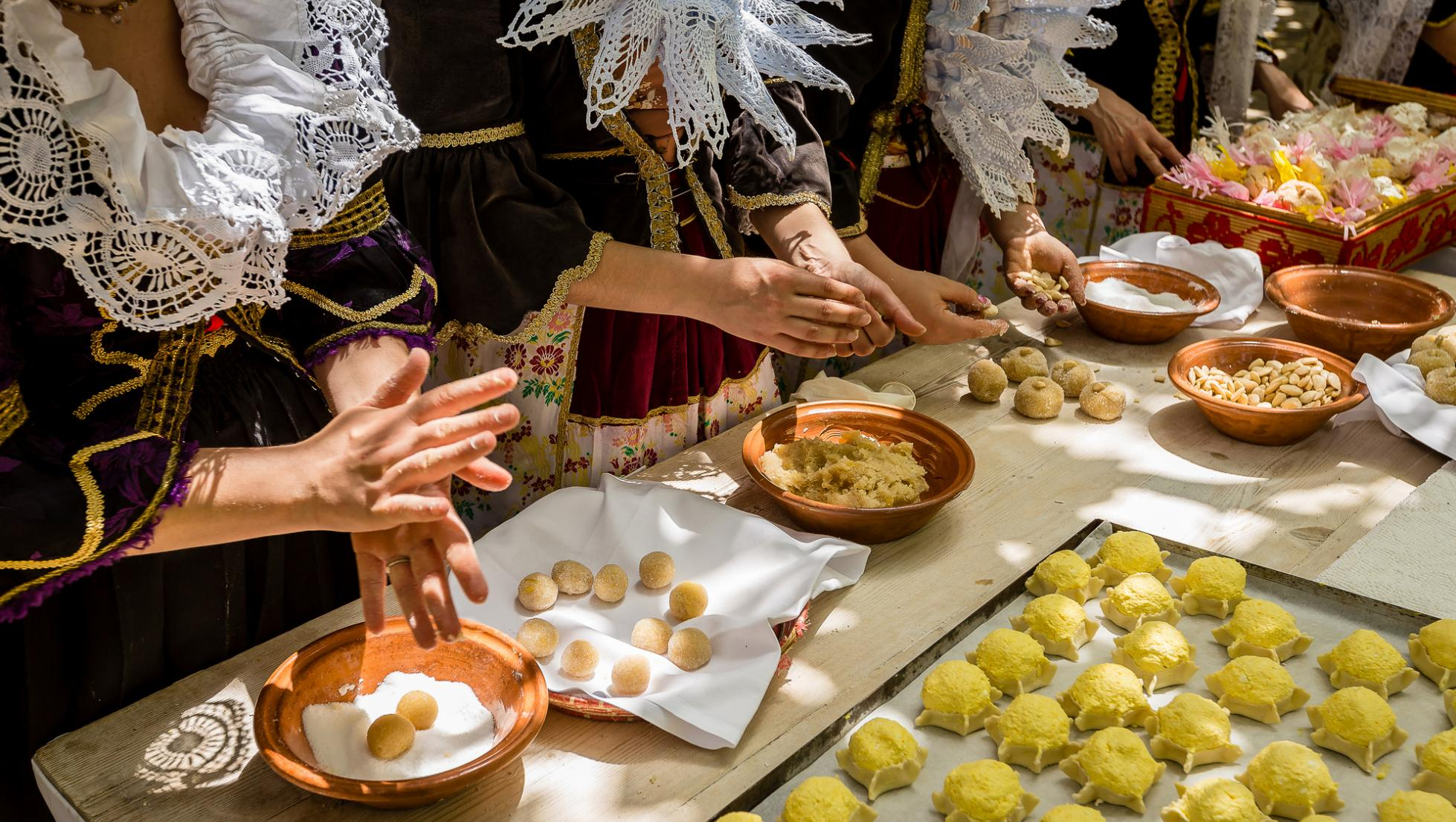 Lavorazione dolci tipici - Maracalagonis