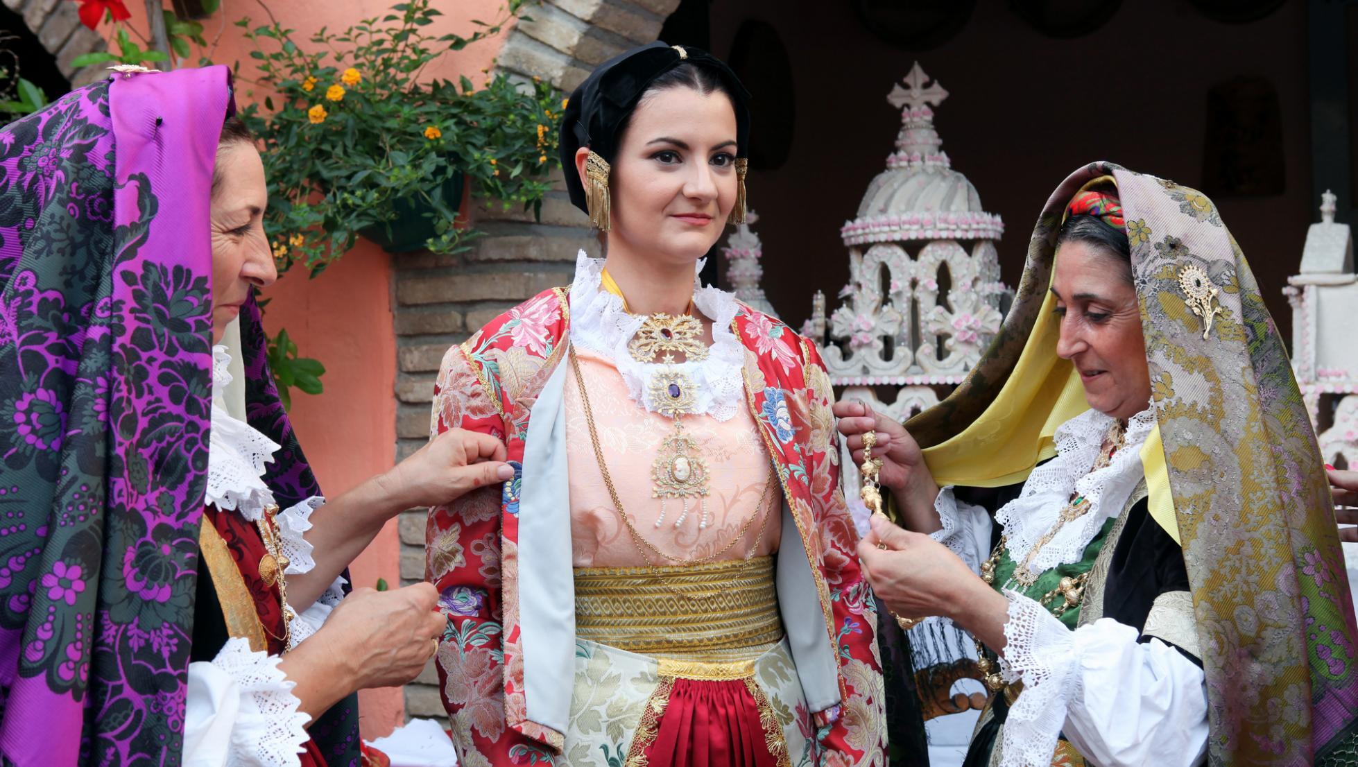 Matrimonio selargino, vestizione della sposa