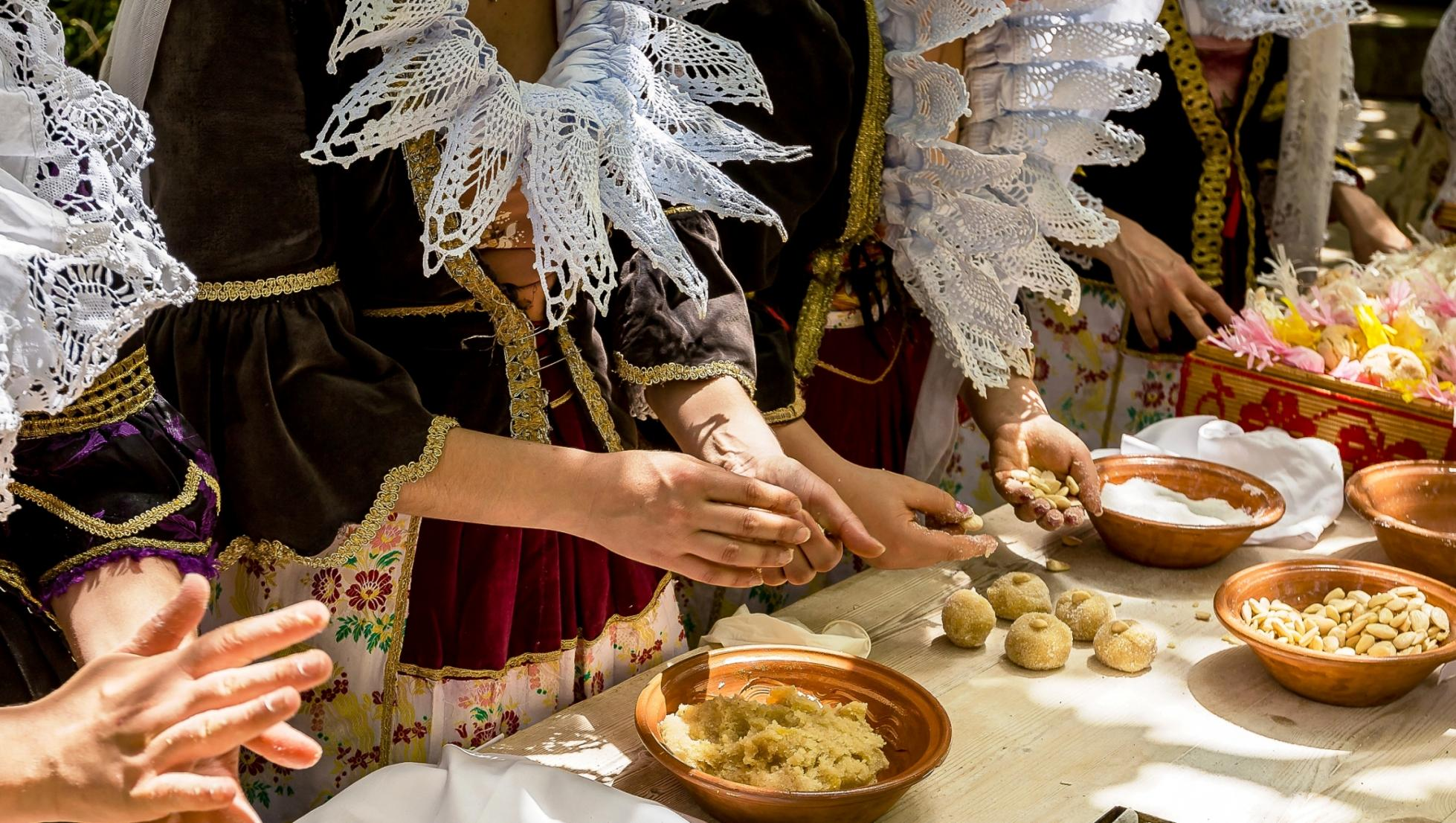 Preparazione di dolci tipici - Casa Atzeri - Maracalagonis