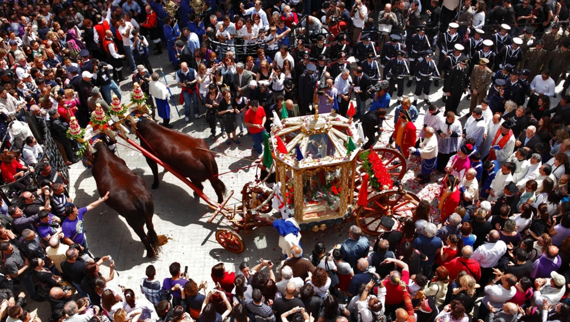 Folla alla partenza del cocchio di Sant'Efisio