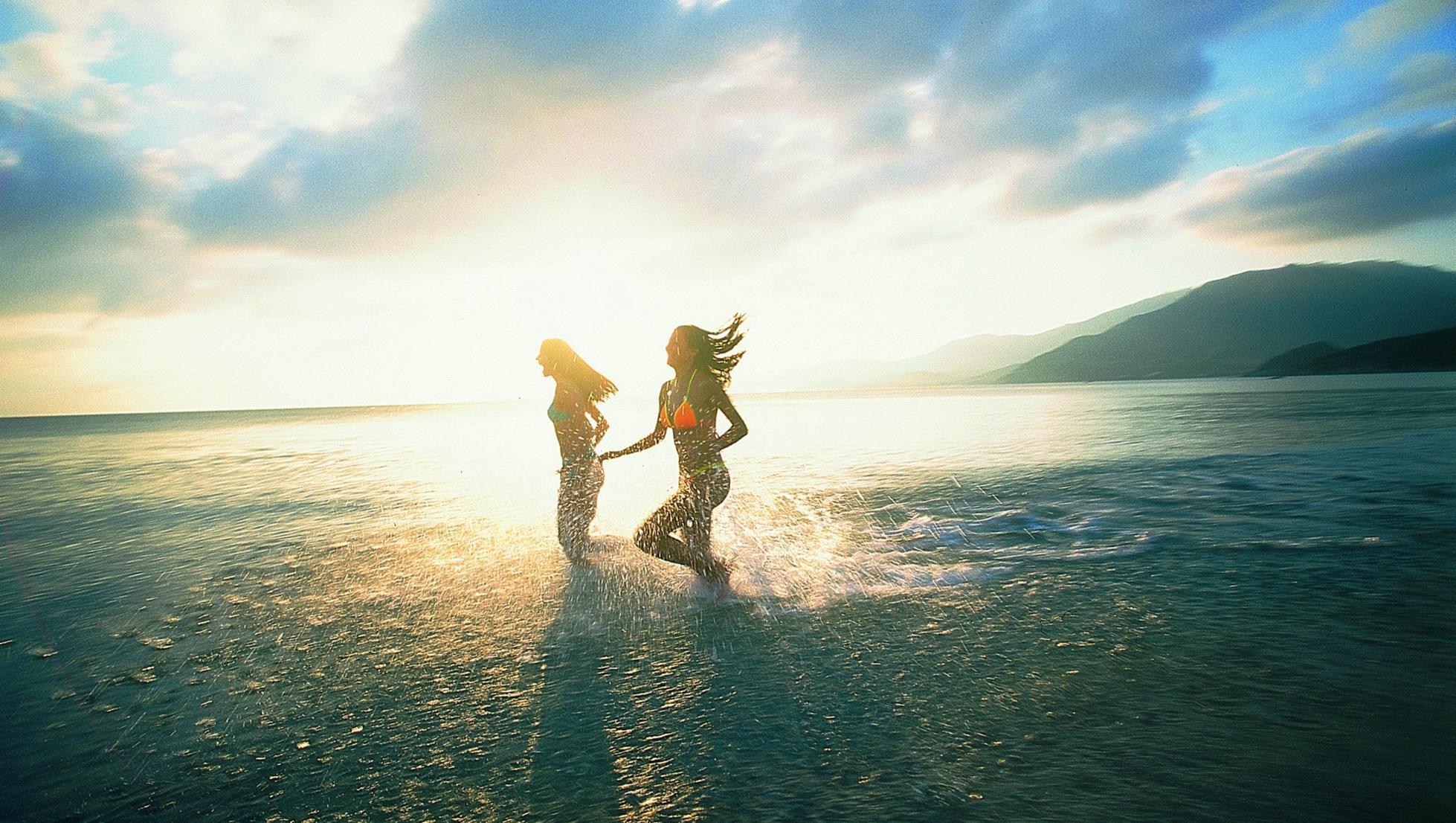 Ragazze in corsa al mare
