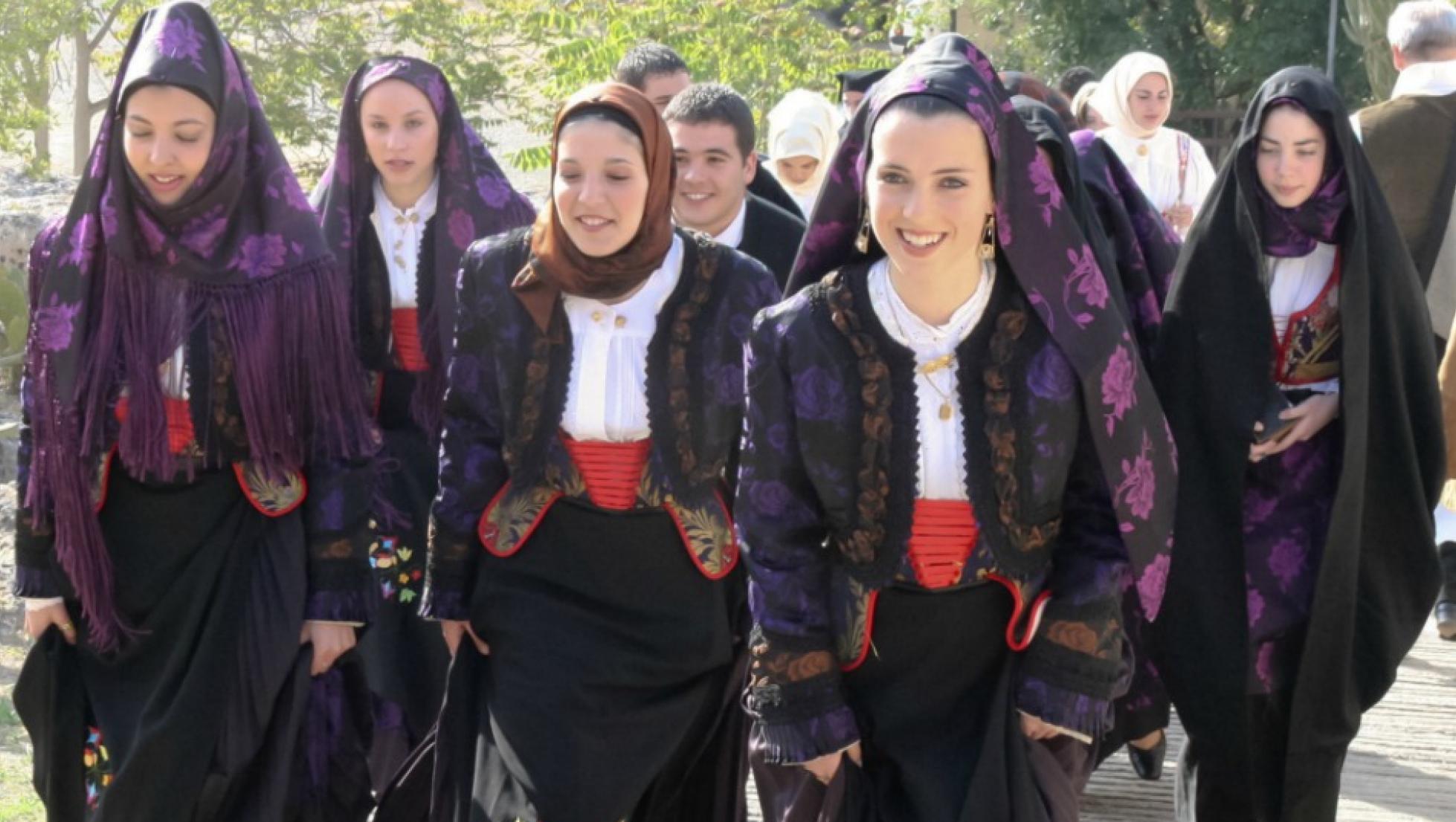 Donne di Tempio Pausania in abito tradizionale