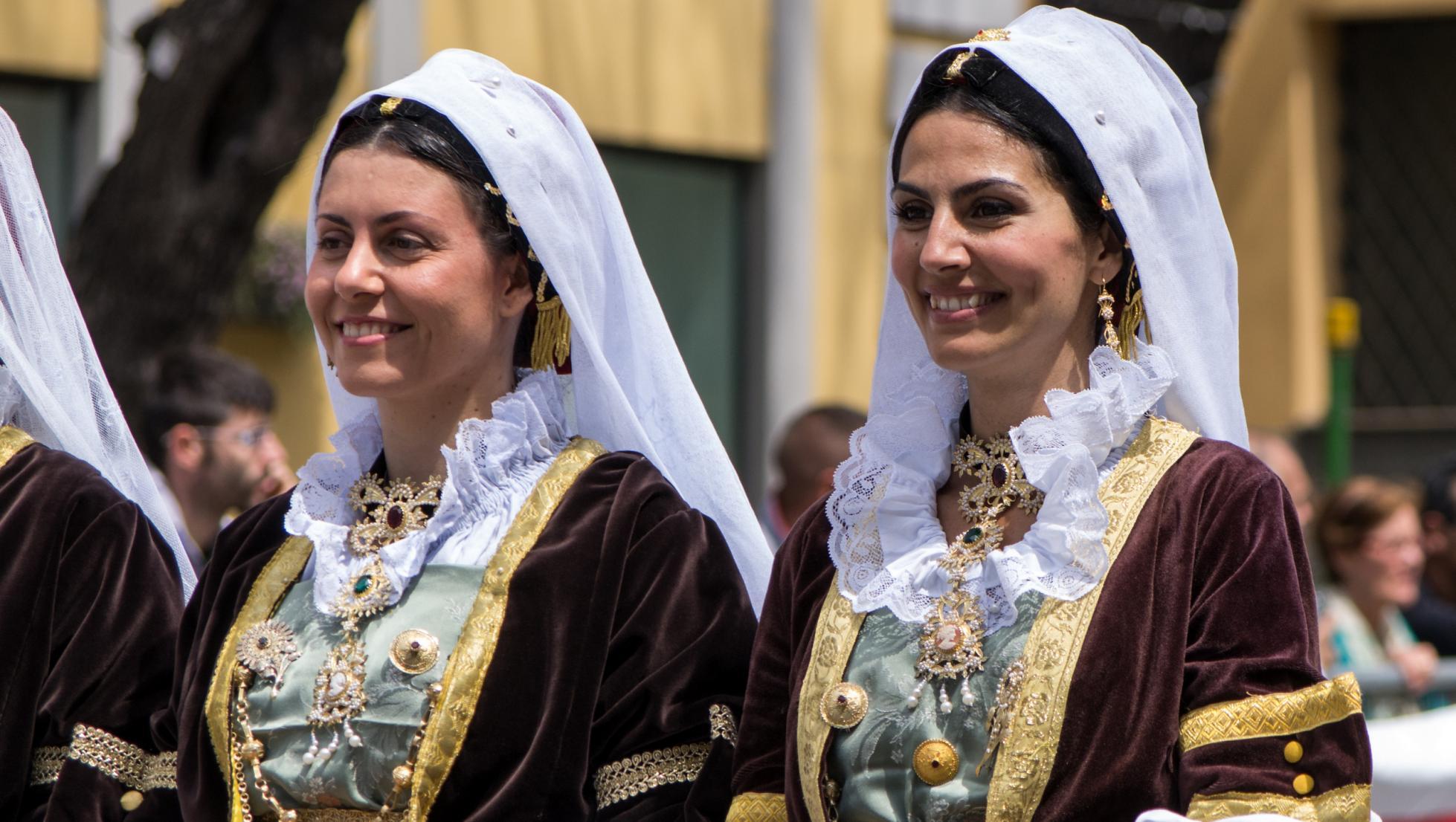 Donne in abito tradizionale