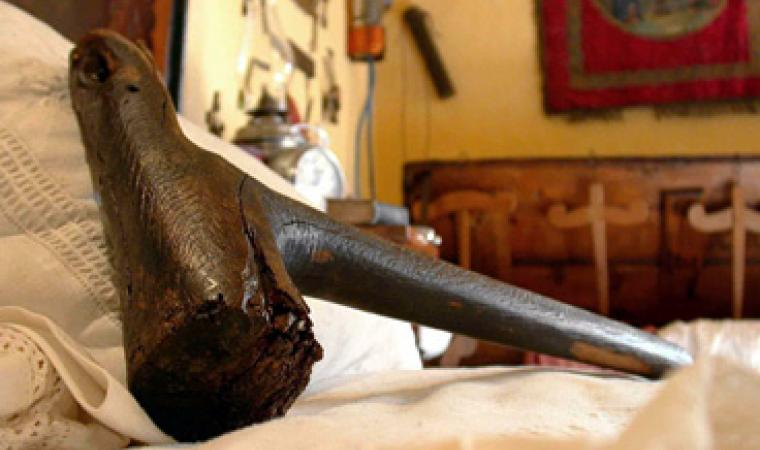 """Museo etnografico Galluras: Il martello della """"femina agabbadora"""""""