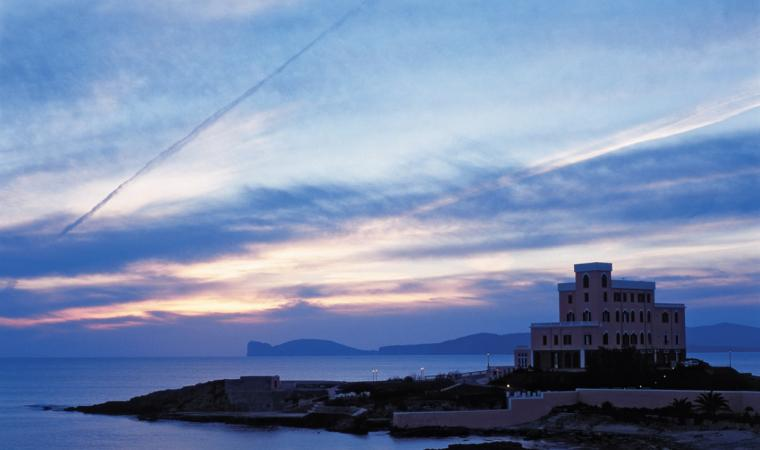 Alghero, Villa Las Tronas si specchia nel mare