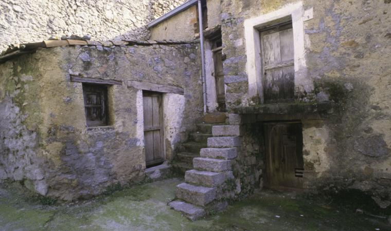 Tiana, caratteristico ingresso di una vecchia casa; The characteristic entrance to an old house, Tiana