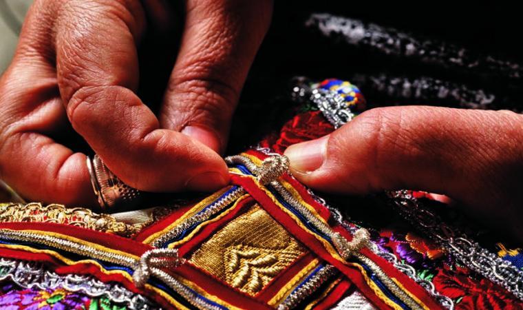 Ricamo di un abito tradizionale