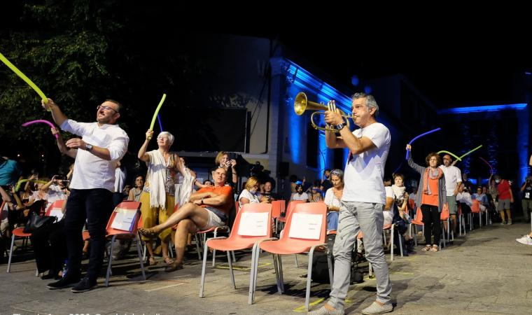 time_in_jazz_2020_paolo_fresu_tra_il_pubblico_in_piazza_del_popolo_a_berchidda_foto_gabriele_lugli_1