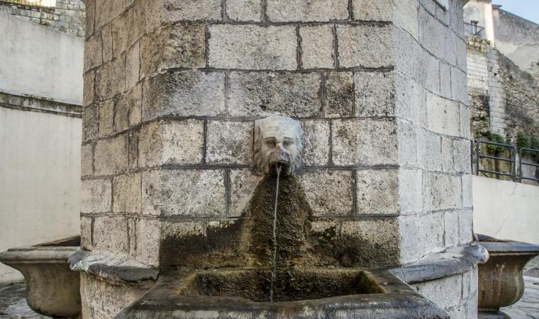 Antica fontana, centro storico - Ossi