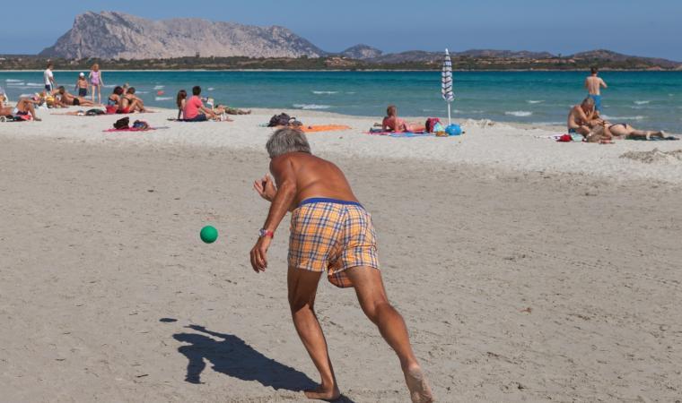 La Cinta, spiaggia con bagnante - San Teodoro
