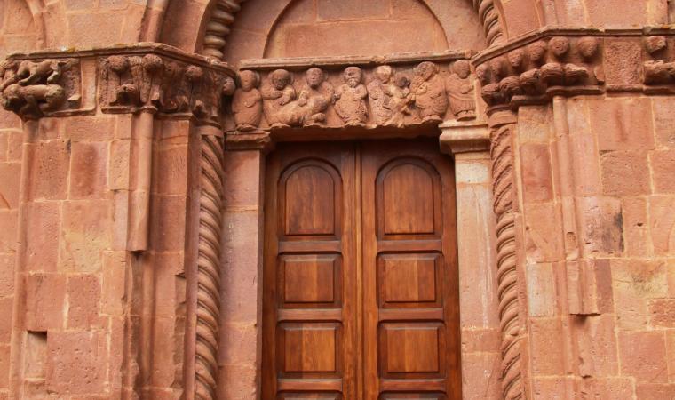 San Pietro di Zuri, dettaglio facciata