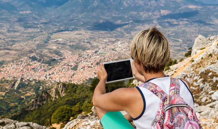 Monte Corrasi - Donna e tablet