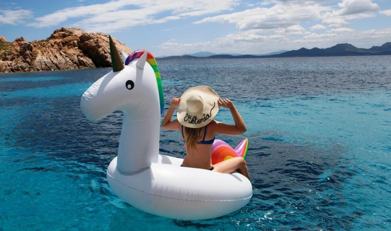 Ragazzina nel mare della Costa Smeralda