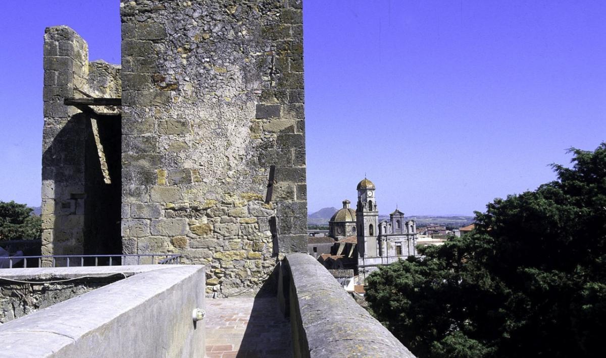 Sanluri, la parrocchiale vista dalle mura del castello; Sanluri, the Parish Church seen from the Castle