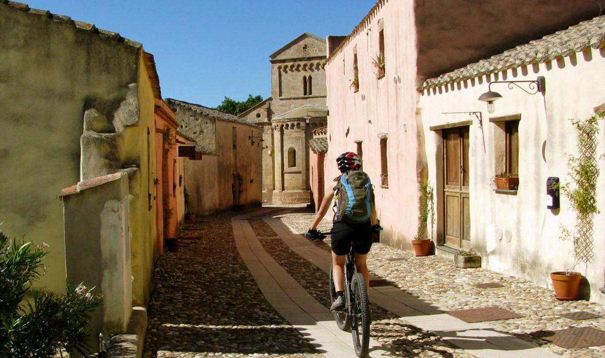 Biker nel borgo di Tratalias
