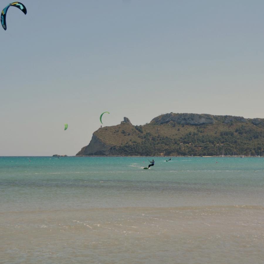 Kite surf al Poetto - sullo sfondo la Sella del Diavolo - Cagliari