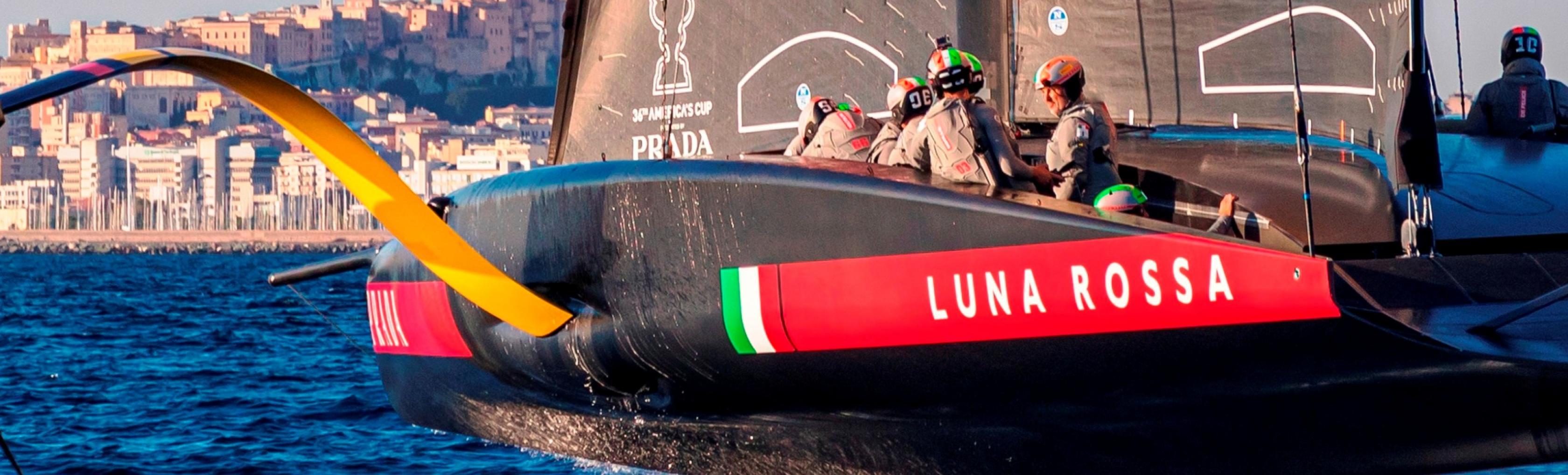 Luna Rossa AC75 nel golfo degli Angeli con Cagliari sullo sfondo